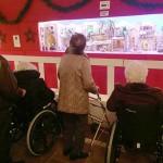 Personas mayores de Txurdinagabarri en la Exposición de Belenes