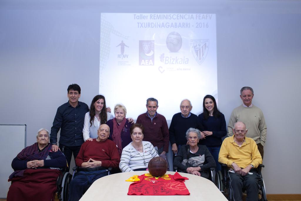 El grupo del Taller de Reminiscencia basada en el Fútbol de la Residencia de Personas Mayores Txurdinagabarri