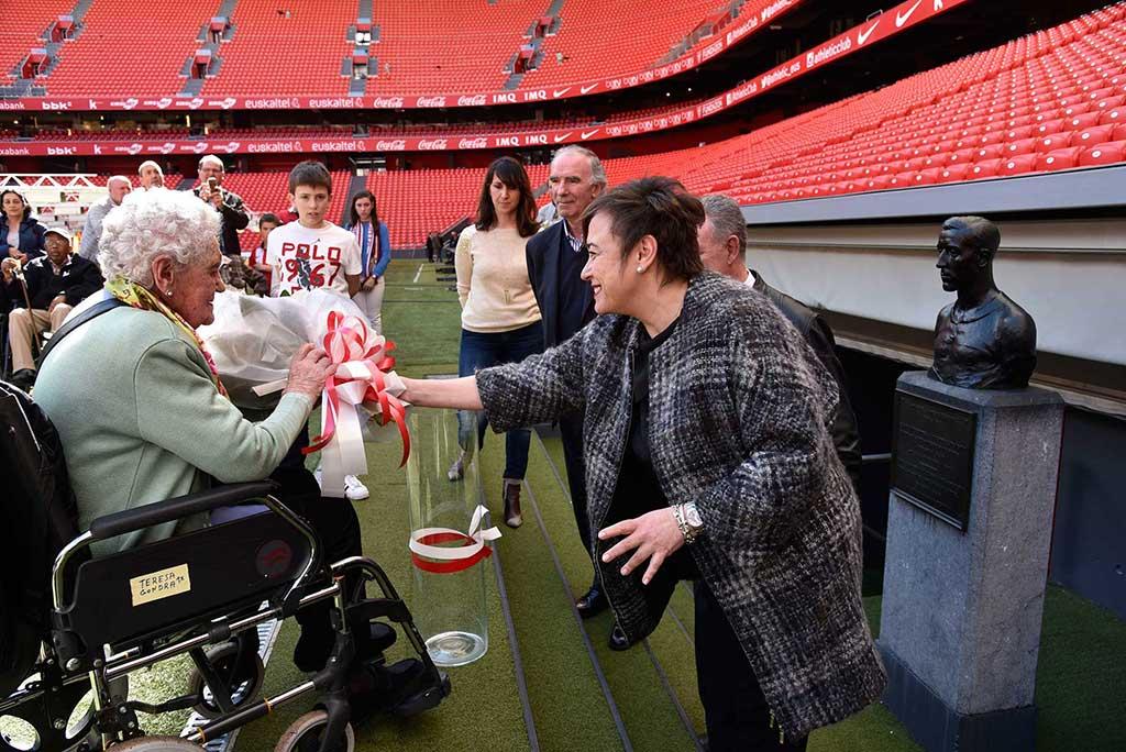 Teresa realiza la ofrenda floral junto a la Diputada de Servicios Sociales